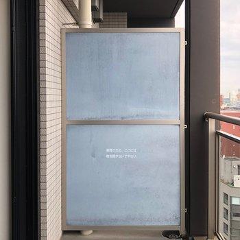 ベランダは小さめです※写真は14階の同間取り別部屋のものです