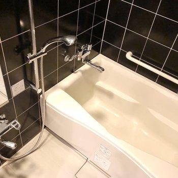お風呂のタイルも黒でかっこいい※写真は14階の同間取り別部屋のものです