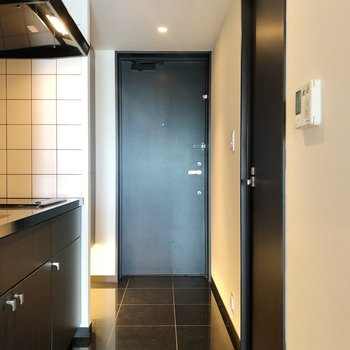 黒タイルの床に合う素材の玄関マットを探したい※写真は14階の同間取り別部屋のものです