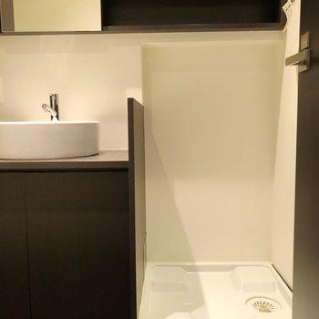お風呂の時に洗濯機に脱いだ服をそのまま入れられます※写真は14階の同間取り別部屋のものです