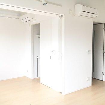 ダイニングから見た洋室と玄関です。