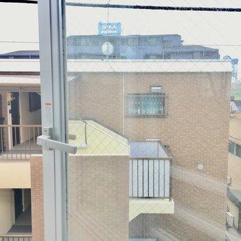 洗面所左前にある窓からの眺望。