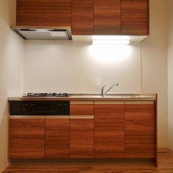キッチンも統一感のあるウッド調!