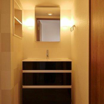 洗面台はシックなデザインでお洒落~