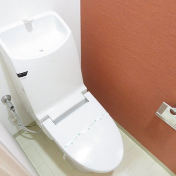トイレもブラウン?赤?(※写真は9階の同間取り別部屋のものです)