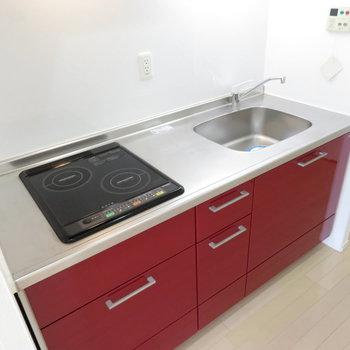 真っ赤なキッチンは機能的(※写真は9階の同間取り別部屋のものです)