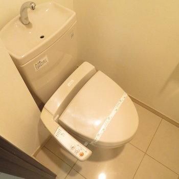 もちろん温水洗浄便座付きです(※写真は7階の同間取り別部屋のものです)