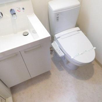 洗面台とトイレは同じ空間に