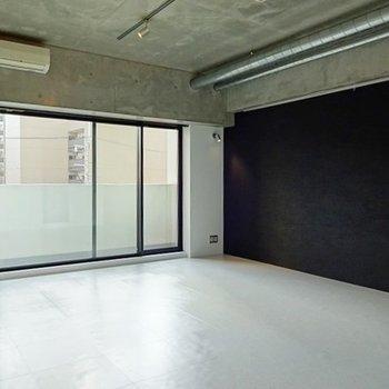 真っ白な広い床!※写真は3階の同間取り別部屋のものです。