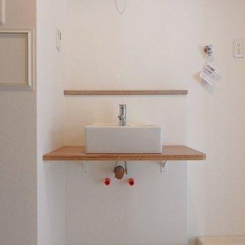 洗面台は可愛らしいデザイン。