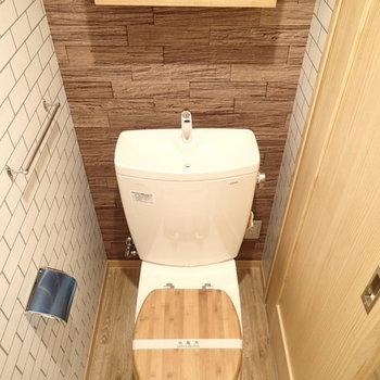 トイレ。木目×白タイルのクロス(※写真は別部屋)