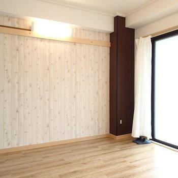 こちらは5.5帖の洋室。ベッドは十分置けそうですね。(※写真は別部屋)