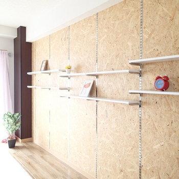ウッディな壁には可動式の棚があります。(※写真は別部屋)