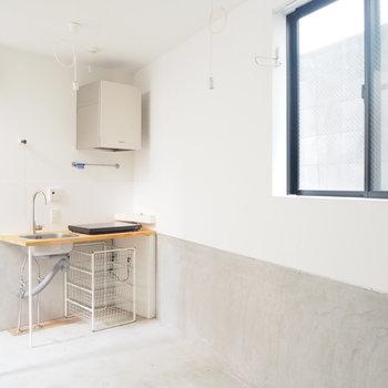【1階】一見冷たい質感のお部屋だからこそ、木のキッチンが似合うんです※写真は前回募集時のものです