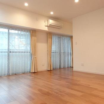 大きい窓が2面も!家具もしっかり置けそう。