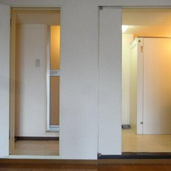 仲良く並んだドアを開けると、水回りとトイレと浴室がありますよ。この感じ、なんかかわいいな。