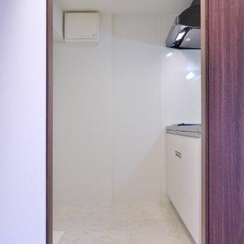 キッチンはお洒落な独立型。※写真は、同タイプの別室。は、同タイプの別室。