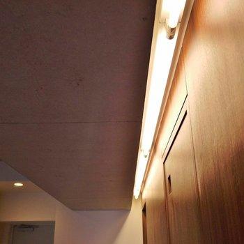間接照明でお洒落度アップ。※写真は、同タイプの別室。