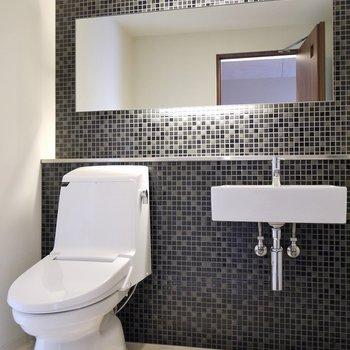 お洒落な展示室のような洗面所。※写真は、同タイプの別室。
