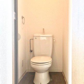 トイレはシンプル。※写真は6階の反転間取り別部屋、清掃前のものです。