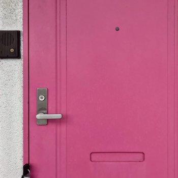玄関扉はピンク!