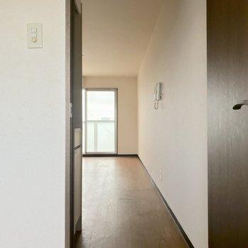 この扉を開けて居室へ〜※写真は6階の反転間取り別部屋、清掃前のものです。