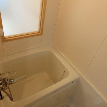 可愛い窓付きのお風呂※写真は8階の同間取り別部屋のものです