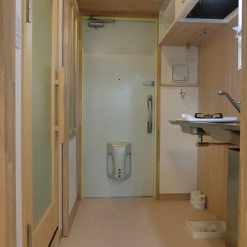玄関横は洗濯機置き場です。グリーンの玄関もかわいい。※写真は8階の同間取り別部屋のものです