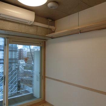 大きい窓から光が入ります。※写真は8階の同間取り別部屋のものです