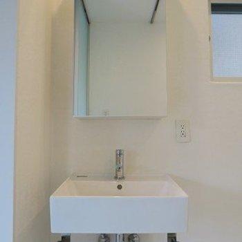 シンプルな洗面台※写真は2階の同間取り別部屋のものです