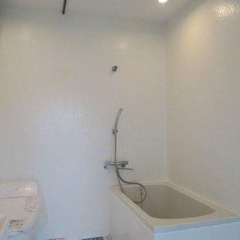 お風呂場はカーテンレールで仕切って※写真は2階の同間取り別部屋のものです