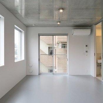 3面採光と明るさも◎※写真は2階の同間取り別部屋のものです