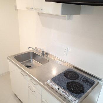 IH二口で調理スペースもしっかりと。