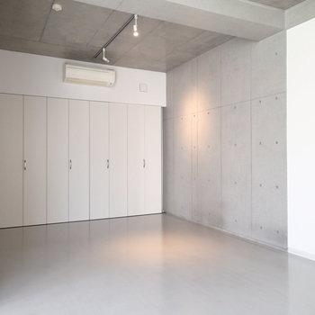 一階部分はこんな感じ、床もグレーで雰囲気あります