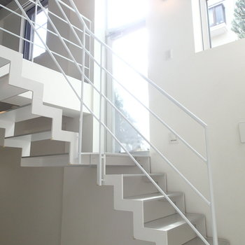 入り口に入ると上に上がる階段と下に降りる階段。