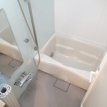 涼し気な浴槽には浴室乾燥機もついていますよ