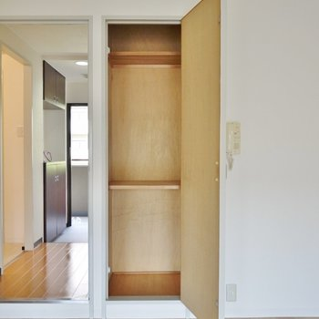 キッチンの横にも収納スペースがあります。