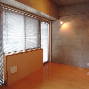 カーテンではなくブラインドで!※写真は3階別部屋同間取り、前回募集時のものです。