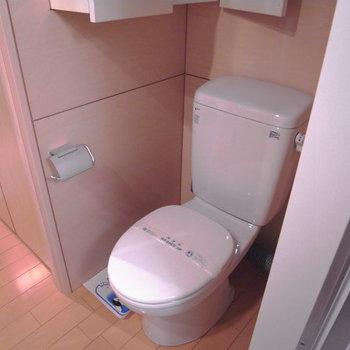トイレ。上に収納も付いてます。※写真は3階別部屋同間取り、前回募集時のものです。