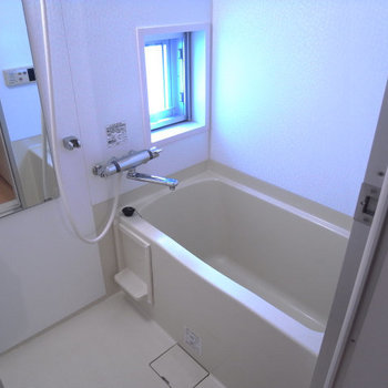 窓付きのお風呂、広々としています。※写真は3階別部屋同間取り、前回募集時のものです。
