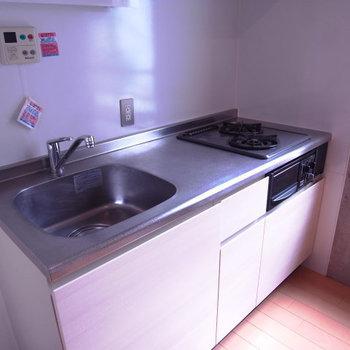 キッチンはガスコンロ二口で使いやすそう。※写真は3階別部屋同間取り、前回募集時のものです。