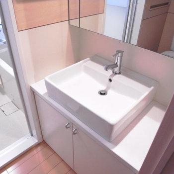 シンプルデザインの洗面台。※写真は3階別部屋同間取り、前回募集時のものです。