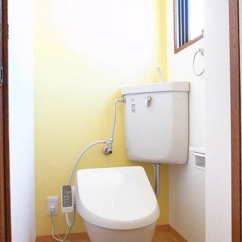 トイレはウォシュレットつきで、リノベらしくきれいな空間。窓もあります。