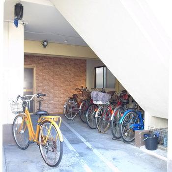 【共用部】自転車は1階に。屋根つきです。