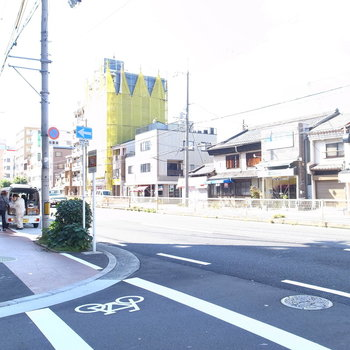 【周辺環境】マンションのほど近くの大通り。まっすぐ行くと駅に着きます。