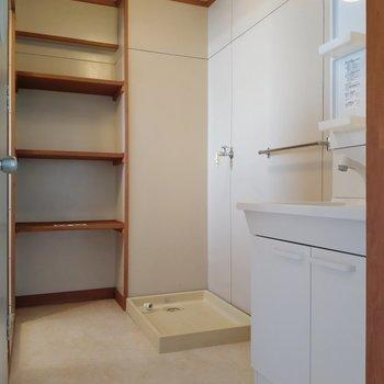 奥の棚には洗剤やタオルがしまえます。洗濯機置き場もここに。