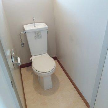 すっきりとしたトイレ。換気窓もあります。