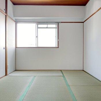 繋がる和室も同じ6帖。共用廊下に繋がっています。