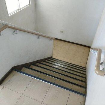 階段の幅はそんなに狭くありませんが、家具の搬入時はご確認を。