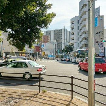 駅近くにはショッピングモールや商店街。お買い物には困りません◎